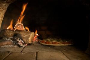 Pizza no forno à lenha